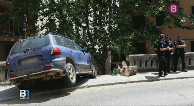 Un+cotxe+s%E2%80%99ha+estavellat+contra+la+balustrada+de+la+Costa+de+la+Sang