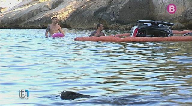 El+cotxe+que+va+caure+a+la+platja+del+Mago+encara+continua+submergit
