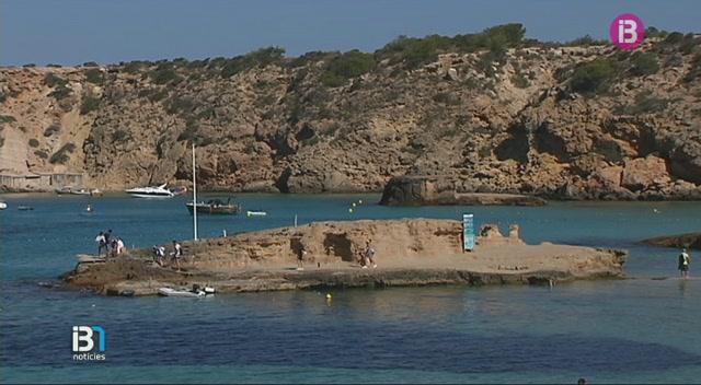 Un+turista+ha+patit+ferides+greus+en+saltar+a+la+mar+des+de+les+roques%2C+a+Cala+Tarida