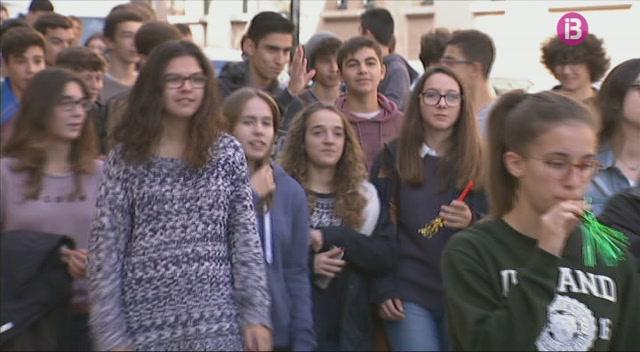 Vaga+als+instituts+de+Ma%C3%B3+i+Ferreries+i+protesta+de+200+alumnes+contra+la+LOMQUE