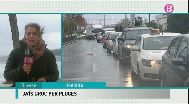 Les+pluges+ocasionen+problemes+de+tr%C3%A0nsit+a+les+carreteres+i+inundacions+a+baixos+de+Vila