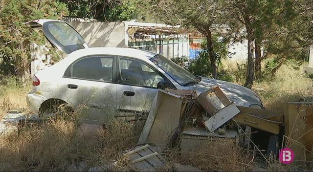 Augmenta+el+nombre+de+cotxes+abandonats+al+camp+de+Sant+Joan+de+Labritja