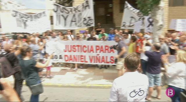 200+persones+es+manifesten+per+demanar+just%C3%ADcia+per+Daniel+Vi%C3%B1als