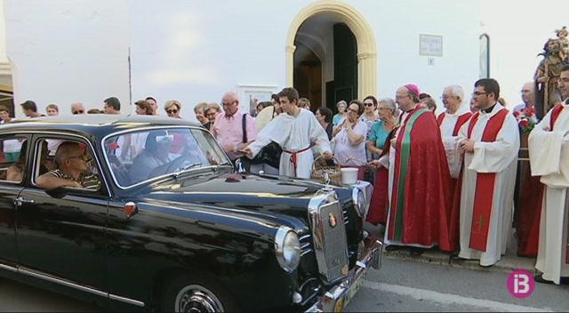 El+bisbe+Francesc+Conesa+beneeix+300+vehicles+a+Es+Migjorn+Gran