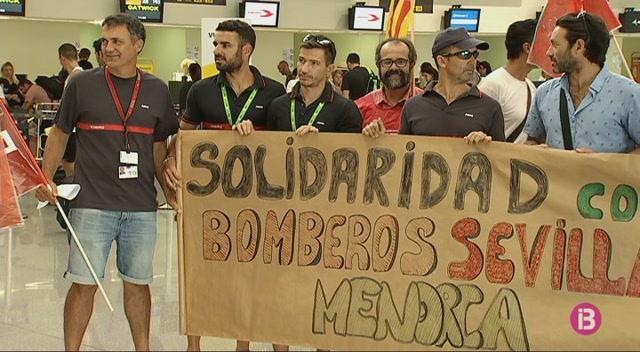 Els+treballadors+d%27AENA+a+l%27aeroport+de+Menorca+donen+suport+als+bombers+en+vaga+a+Sevilla