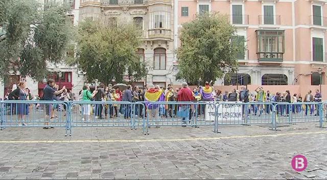 Mig+centenar+de+persones+es+concentren+a+Cort+per+donar+suport+a+la+vaga+general+de+Catalunya