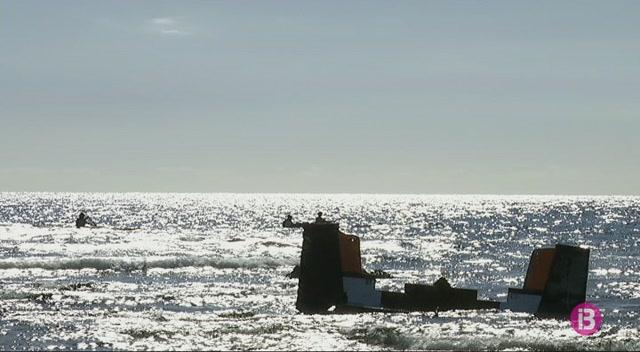 La+costa+de+Punta+Prima+%C3%A9s+plena+de+les+restes+d%27un+veler+que+va+naufragar+el+setembre
