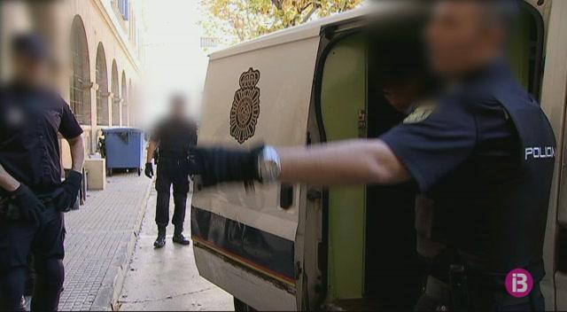 El+jutge+envia+15+dels+30+immigrants+arribats+a+Mallorca+en+pastera+a+un+CIE+de+Barcelona