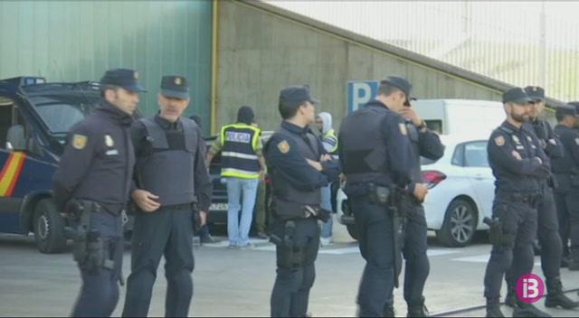 La+Policia+Nacional+requisa+una+partida+de+documents+que+els+Mossos+duien+a+destruir