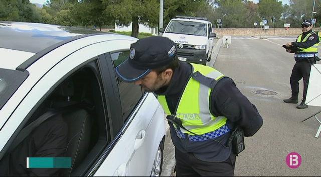 La+Policia+Local+realitza+de+manera+simult%C3%A0nia+controls+de+vehicles+a+totes+les+Illes