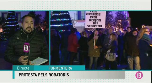 Concentraci%C3%B3+ciutadana+a+Formentera+per+exigir+solucions+als+robatoris