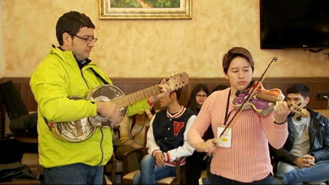 Arriba+a+Palma+l%27Orquestra+paraguaia+Cateura+amb+instruments+reciclats