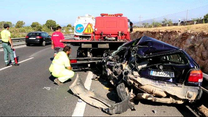 Una+furgoneta+col%E2%80%A2lisiona+amb+un+cotxe+que+estava+sent+remolcat+per+una+grua+a+Llucmajor