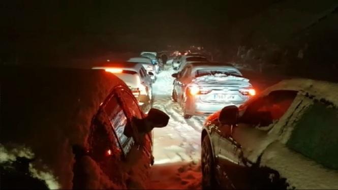 Milers+de+persones+passen+la+nit+dins+els+seus+cotxes+per+les+fortes+nevades+a+les+carreteres