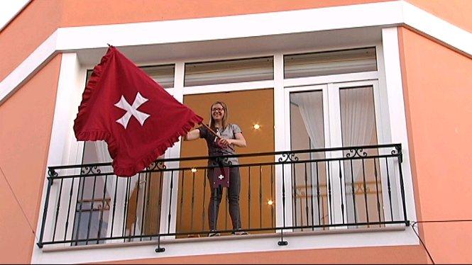 El+Caixer+Casat+guarda+la+bandera+davant+centenars+de+persones