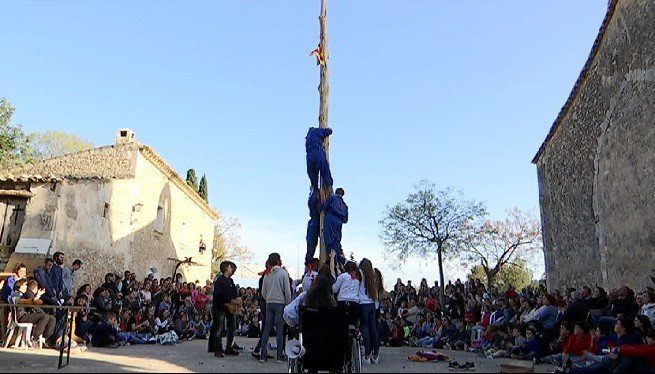 Els+quintos+de+Campanet+pugen+el+pi+en+el+pancaritat+de+Sant+Miquel