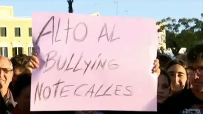M%C3%A9s+de+350+persones+es+concentren+a+Ciutadella+contra+l%27assetjament+escolar