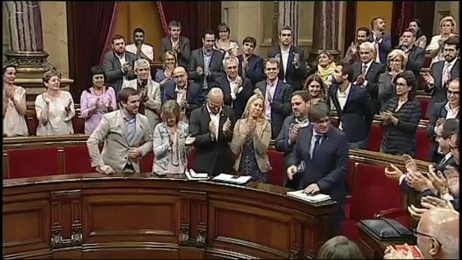 El+Parlament+catal%C3%A0+d%C3%B3na+la+confian%C3%A7a+al+president+Puigdemont+amb+els+suports+de+Junts+pel+S%C3%AD+i+la+CUP+per+tirar+endavant+el+refer%C3%A8ndum+d%27independ%C3%A8ncia
