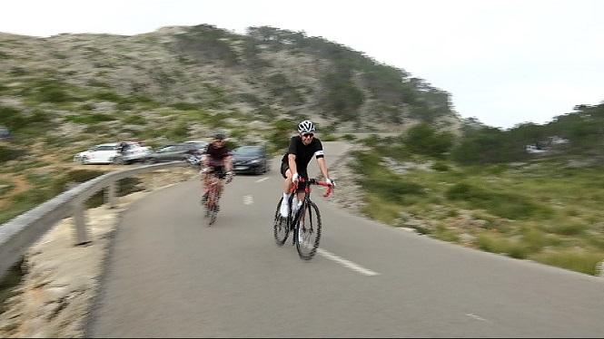 Un+ciclista+circula+per+l%27autopista+aferrat+a+una+furgoneta