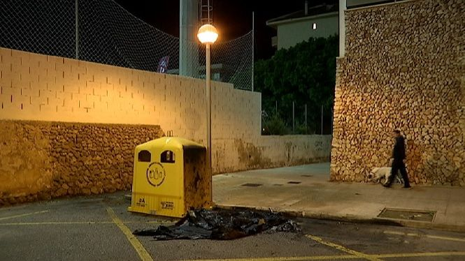 Cremen+intencionadament+un+contenidor+de+reciclatge+a+Ma%C3%B3