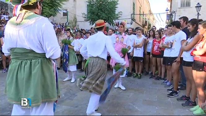 Els+cossiers+i+la+seva+dansa+tradicional%2C+a+Montu%C3%AFri