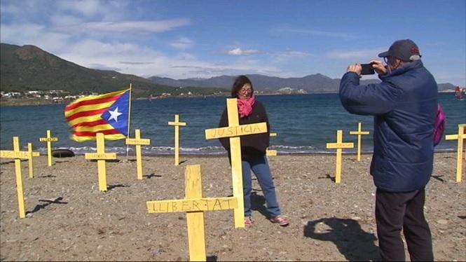 M%C3%A9s+de+3.000+creus+grogues+apareixen+a+3+platges+catalanes+per+demanar+la+llibertat+dels+pol%C3%ADtics+empresonats