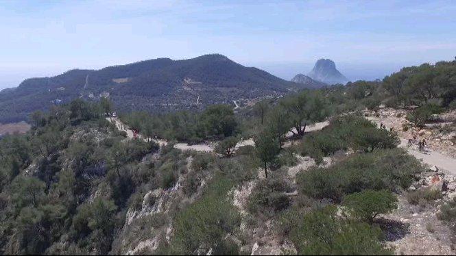 1.200+participants+de+14+pa%C3%AFsos+prenen+part+a+la+Volta+a+Eivissa+amb+bicicleta+de+muntanya