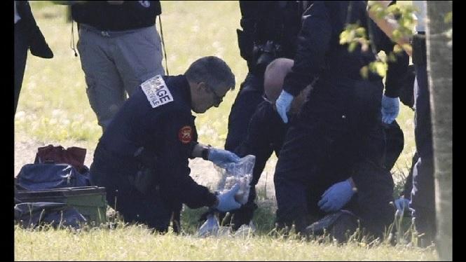 La+policia+francesa+recupera+i+inspecciona+les+armes+i+explosius+dels+vuit+zulos+d%27ETA