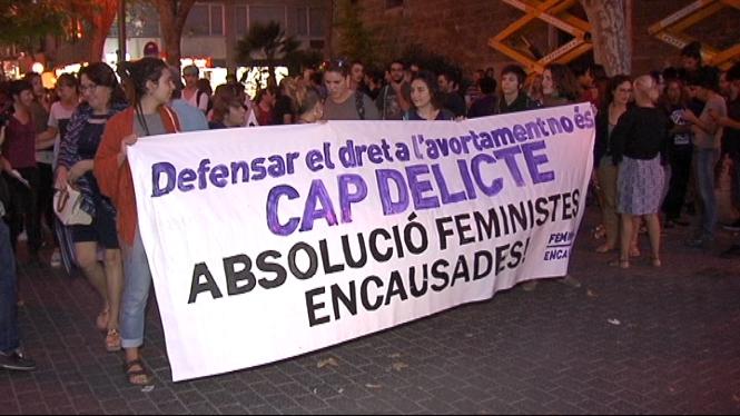 Les+feministes+imputades+plategen+un+acord+de+darrera+hora+al+Bisbat