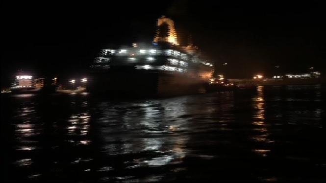 200+passatgers+del+ferri+incendiat+han+salpat+a+bord+d%27un+altre+vaixell+cap+a+Oran