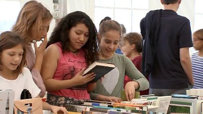 Els+escolars+revisen+les+novetats+liter%C3%A0ries+a+la+Fira+del+Llibre+en+Catal%C3%A0+de+Menorca