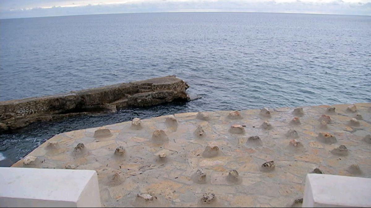 Ve%C3%AFnats+de+Bendinat%2C+indignats+per+l%27aparici%C3%B3+de+pedres+cimentades+damunt+el+litoral