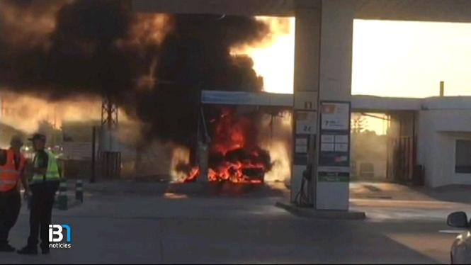 Un+incendi+a+una+benzinera+de+Ciutadella+provoca+cremades+a+les+cames+a+un+turista