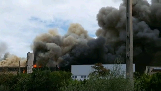 Incendi+a+una+bugaderia+del+pol%C3%ADgon+industrial+de+Muro