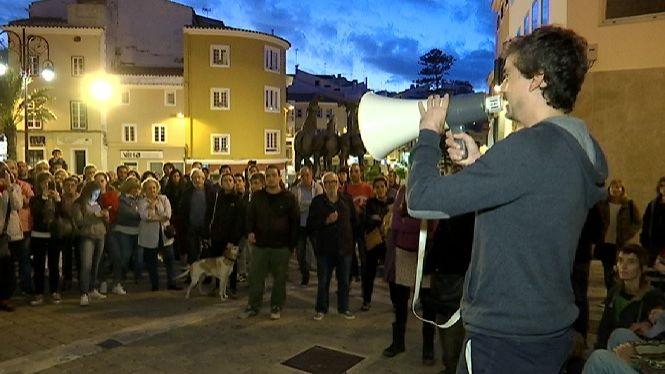 Un+centenar+de+persones+protesten+a+Ma%C3%B3+per+l%27aplicaci%C3%B3+de+l%27article+155