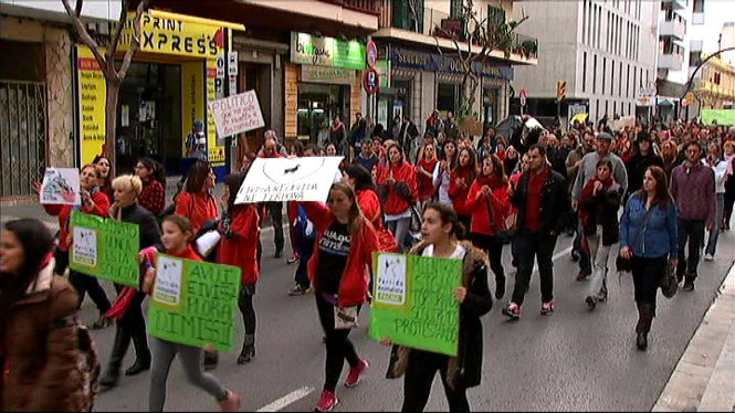 M%C3%A9s+de+500+persones+s%27han+manifestat+a+Eivissa+per+protestar+contra+l%27eliminaci%C3%B3+a+tirs+de+les+cabres+des+Vedr%C3%A0