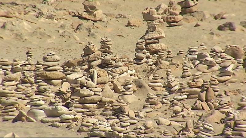 Els+munts+de+pedres+afavoreixen+l%27erosi%C3%B3+d%27un+sistema+natural+molt+fr%C3%A0gil+i+n%27alteren+l%27ecosistema