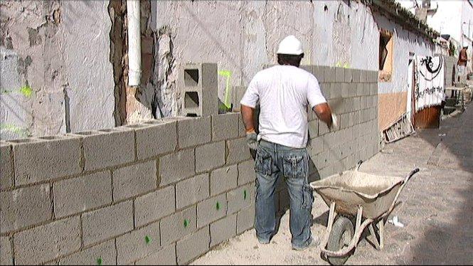Comencen+les+obres+per+aixecar+un+mur+que+tanqui+els+habitatges+desallotjats+a+la+barriada+eivissenca+de+sa+Penya