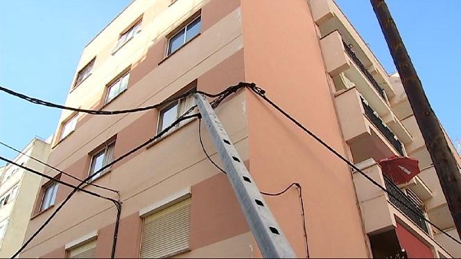 Un+post+el%C3%A8ctric+cau+damunt+la+fa%C3%A7ana+d%27un+edifici+a+Palma