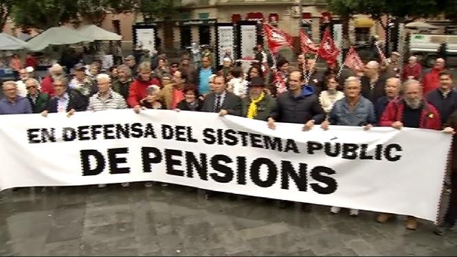 M%C3%A9s+d%27un+centenar+de+persones+s%27han+manifestat+avui+a+Palma+per+exigir+la+derogaci%C3%B3+de+les+reformes+laborals+de+2010+i+2012