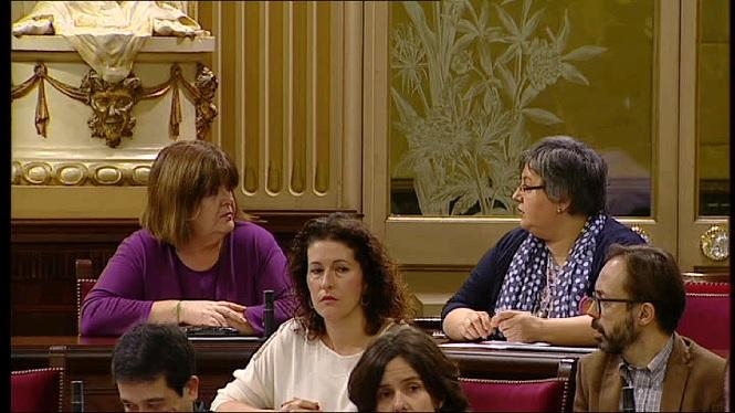 Xelo+Huertas+i+Montse+Seijas+desobeixen+la+Mesa+del+Parlament+i+ocupen+escons+darrere+els+partits+del+Pacte