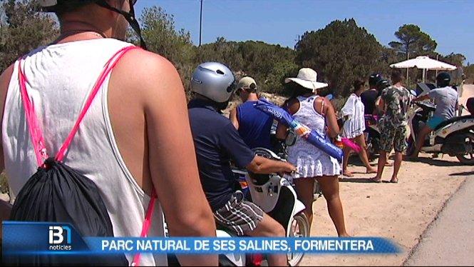 Aparcament+de+Ses+Salines+a+Formentera+col%C2%B7lapsat