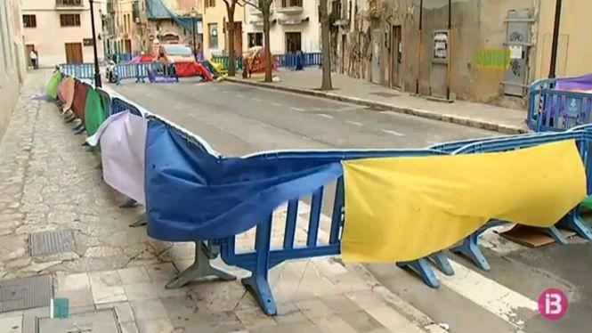 Els+ve%C3%AFnats+de+Canamunt+de+Palma+protesten+pel+perill+d%27alguns+edificis+endomassant+tanques