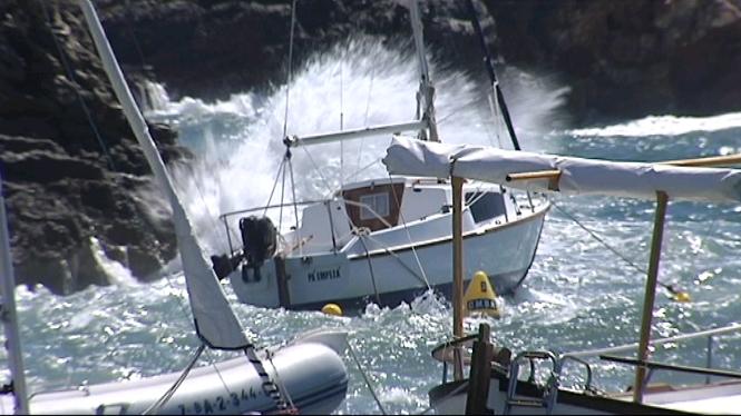 El+temporal+de+vent+deixa+a+Menorca+embarcacions+encallades+a+la+costa