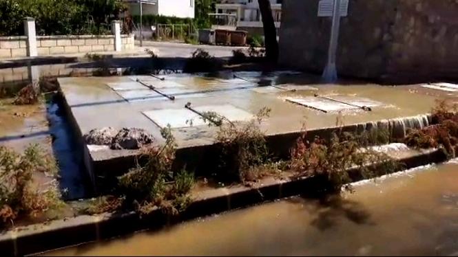 Un+vessament+d%E2%80%99aig%C3%BCes+fecals+inunda+una+urbanitzaci%C3%B3+de+platges+de+Muro