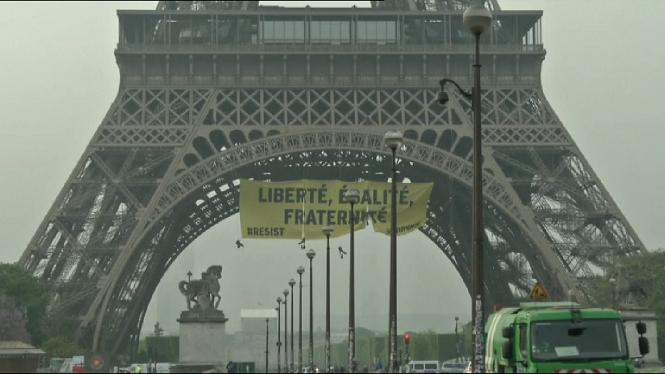 Greenpeace+demana+amb+una+pancarta+a+la+Torre+Eiffel+no+votar+a+Le+Pen