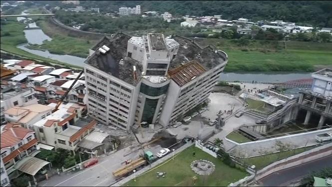 Sis+morts+i+250+ferits+a+Taiwan+per+un+terratr%C3%A8mol+de+6%2C4+graus