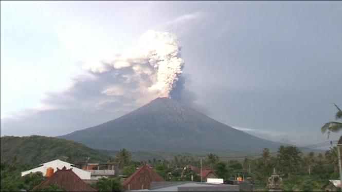 Tancat+per+segon+dia+l%27aeroport+de+Bali+per+l%27imminent+erupci%C3%B3+del+volc%C3%A0+Agung