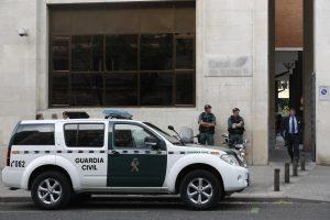 Agents de la Guàrdia Civil davant la ser del Canal de Isabel II aquest dimecres a Madrid. / EFE