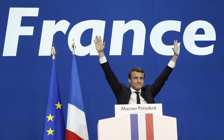 Emmanuel Macron celebra la victòria en la primera volta de les eleccions presidencials de França. / EFE-EPA-YOAN VALAT